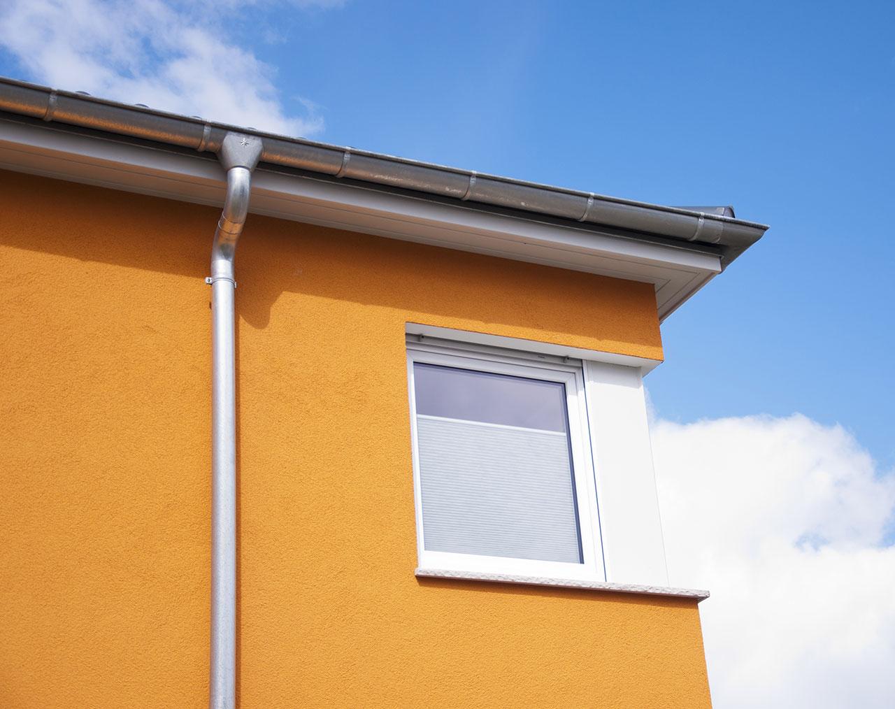 Auch ein korrekter Dachüberstand schützt die Fassade und verhindert so wirksam Algen und Pilze